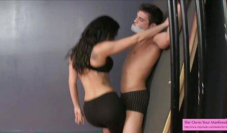 یک زن جوان زیبا خشنود انیمیشن سکسی هنتای یک مرد با بدن سکسی او